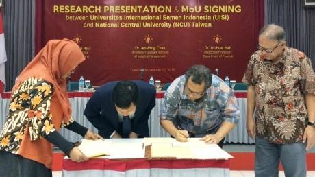 Tanda tangan MoU antara UISI dan NCU Taiwan.