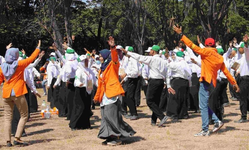 Mahasiswa baru dan panitia menari diiringi jingle UISI