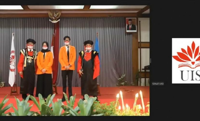 Potret pengukuhan Mahasiswa Baru UISI 2020 ditandai dengan penyematan jas almamater oleh Rektor UISI