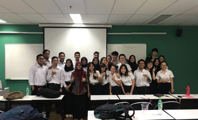 Sesi belajar mengajar di Rajamangala University of Technology Krungthep oleh Dosen Manajemen UISI