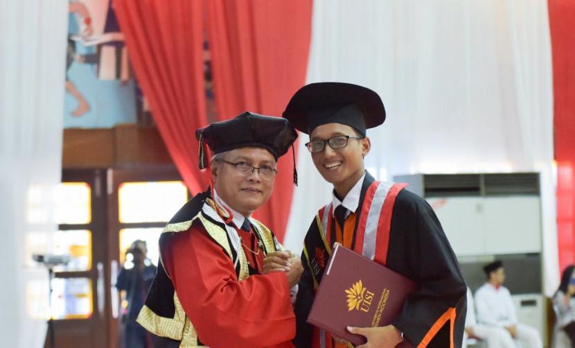 Senyum lega Ahmad Ainul Yaqin menyandang predikat wisudawan terbaik Desain Komunikasi Visual UISI