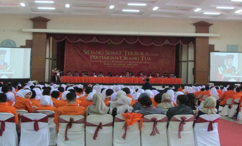 Pembukaan Sidang Senat Terbuka oleh Rektor UISI dengan penerimaan mahasiswa baru.