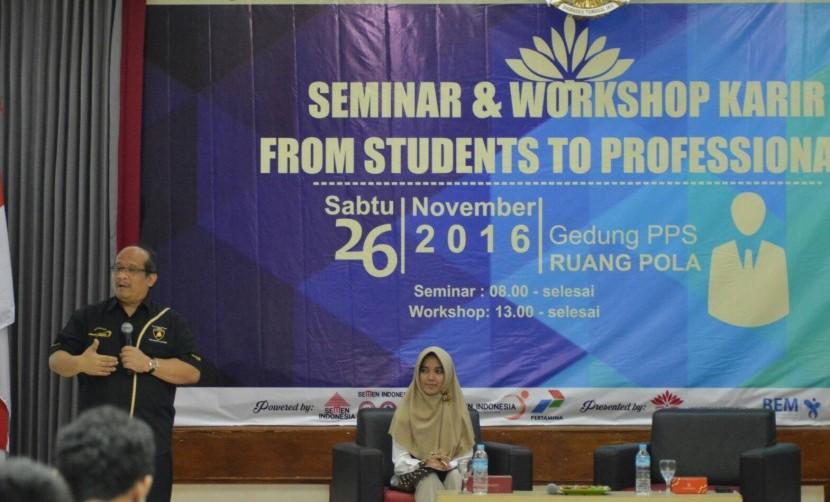 Prof. Insan Purwarisya senior vice president HRD PT Pertamina memberikan materi kepada mahasiswa
