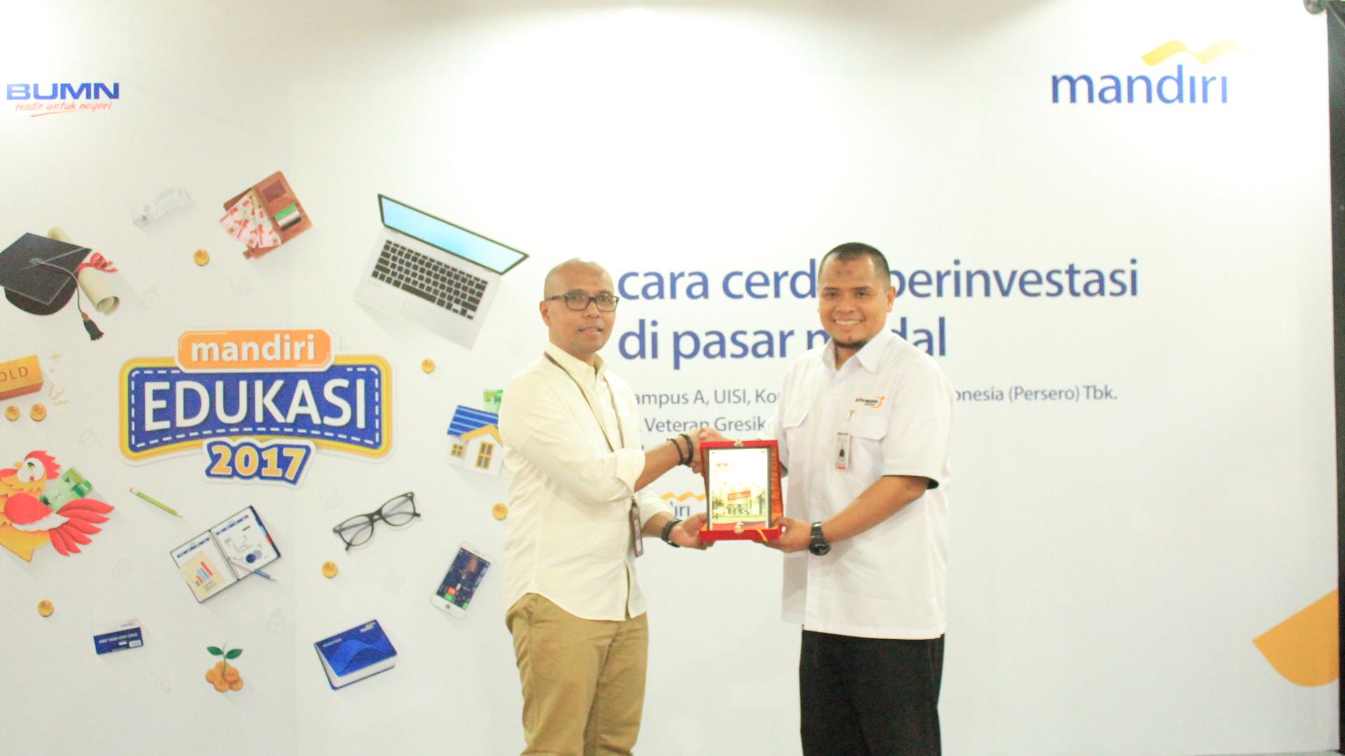 Penyerahan Cinderamata antara UISI dan Bank Mandiri yang diwakili oleh Bambang Tutuko, S.E. M.M selaku Ketua LPPM UISI